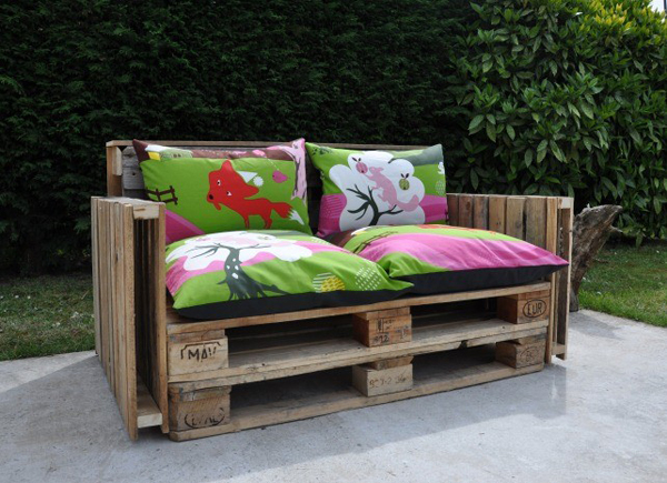 un canap base de palettes recycl es l 39 emballage. Black Bedroom Furniture Sets. Home Design Ideas