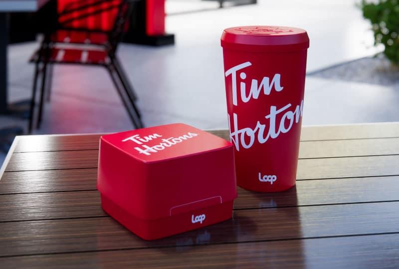 Emballages réutilisables chez Tim Hortons : gobelets et contenants.